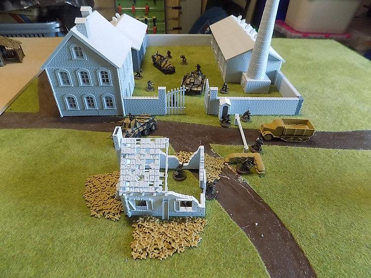 Grande cheminée usine WWII seule