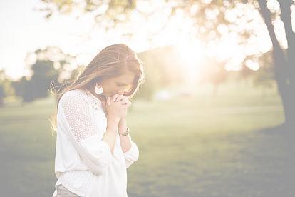 Praying woman_edited.jpg
