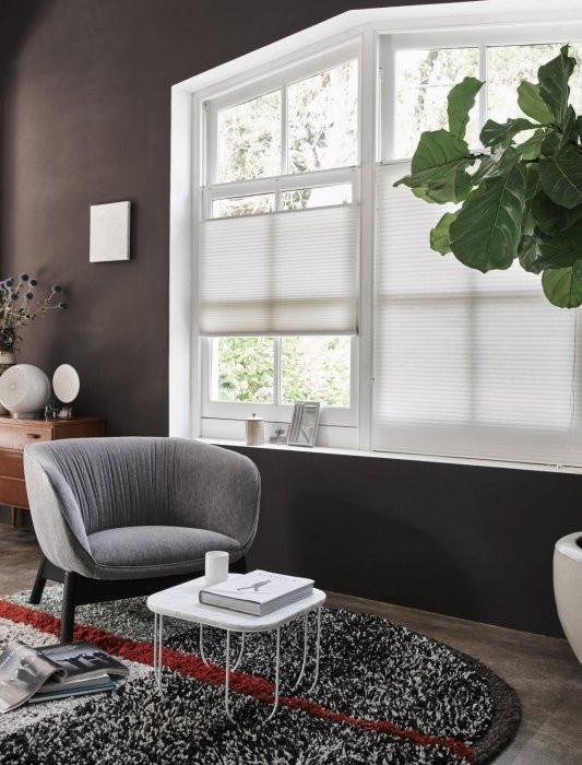 Trendy zitstoel met raamdecoratie