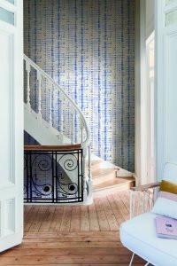 Blauw behang bij trap