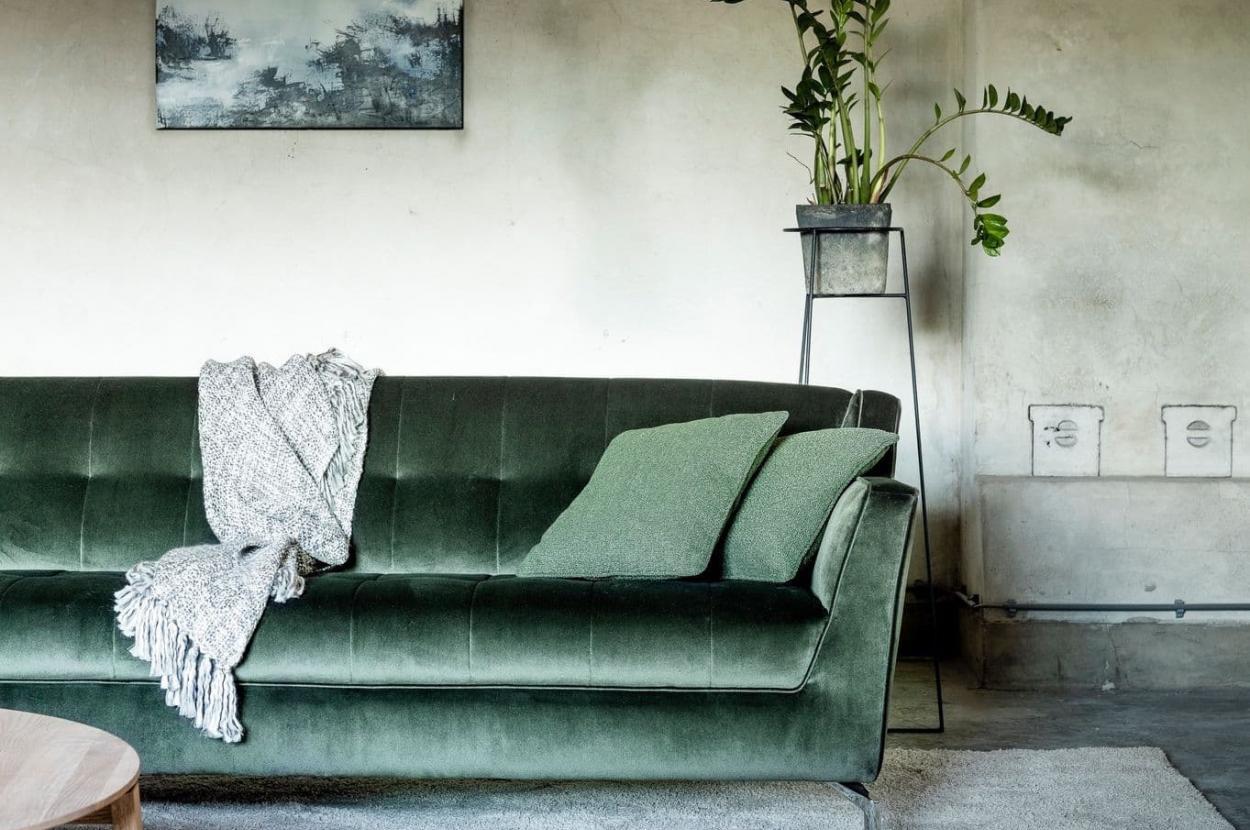Groene sierkussens in sofa