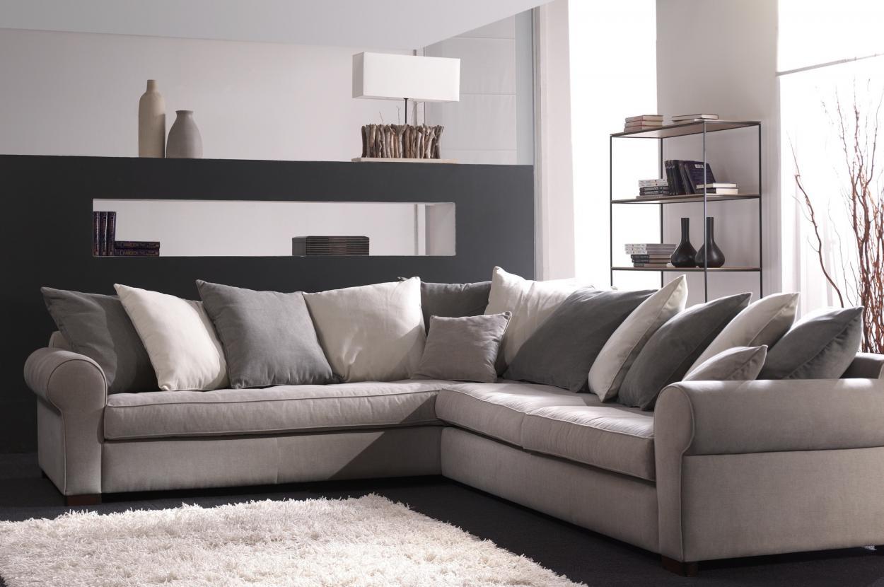 Muisgrijze sofa met sierkussens