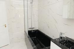 salle de bains marbre noir et blanc .JPG