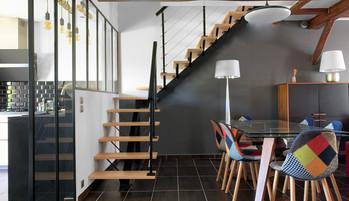 La nouvelle cuisine est plus claire grâce à une grande baie vitrée et installation d'une grande verrière toute hauteur