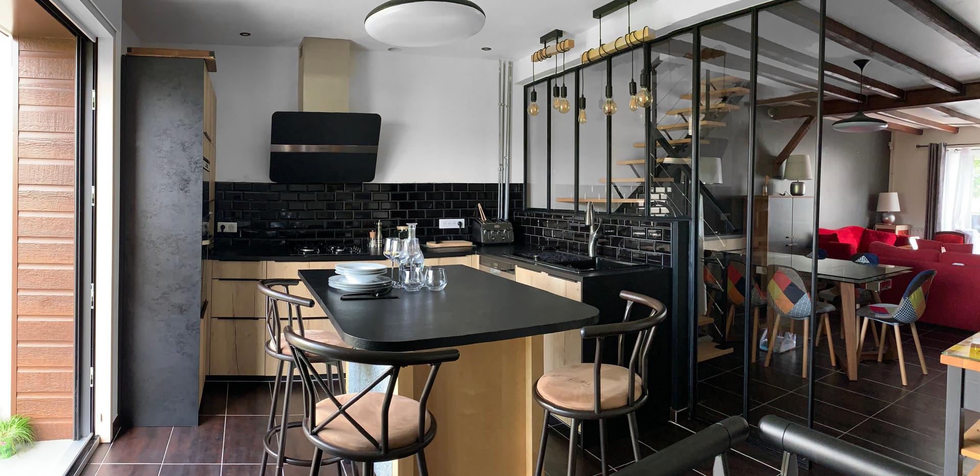 La nouvelle cuisine est plus lumineuse grâce à une grande baie vitrée et l'installation d'une verrière toute hauteur