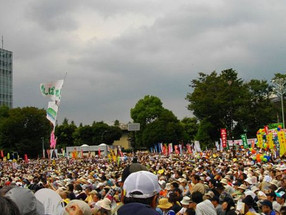 Miles de japoneses se manifiestan en Tokio contra base militar norteamericana
