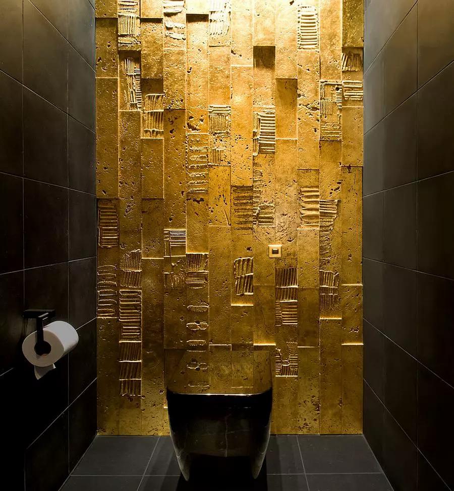 Baño con muro dorado