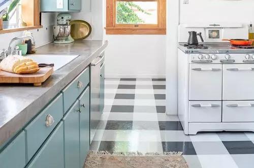 Cocina con piso tartán