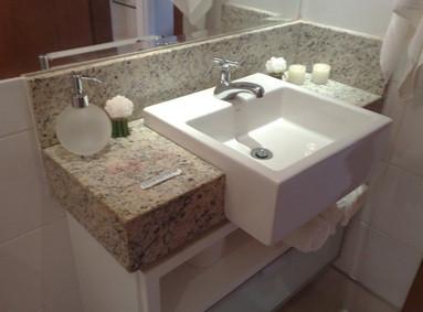 Banheiro com cuba de semi-encaixe. Fonte: www.dicasbacana.com