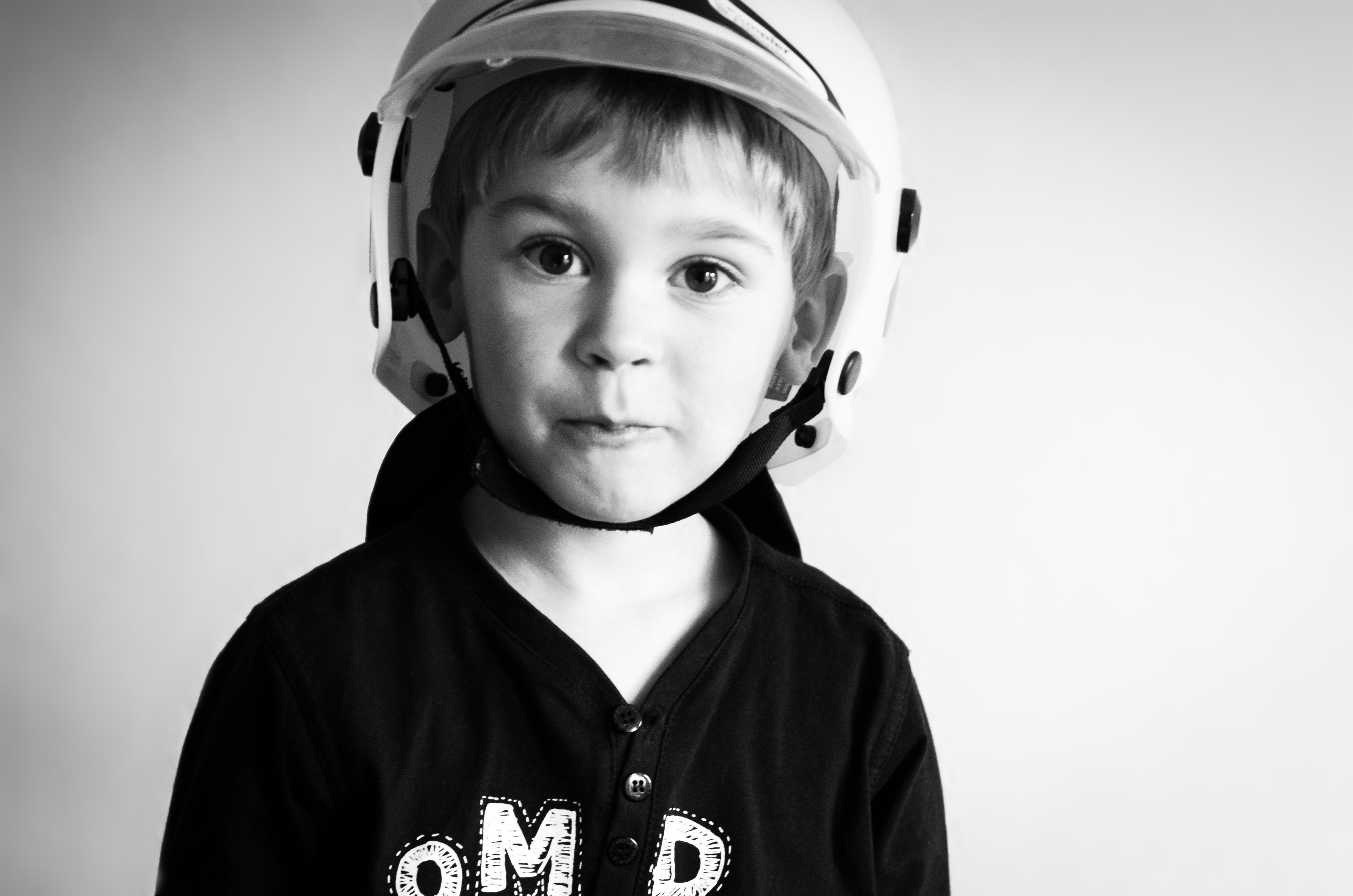 Kind Junge mit Feuerwehrhelm
