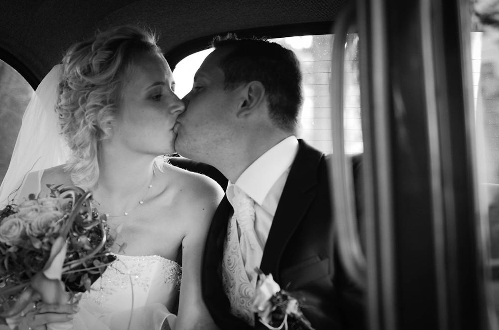 Ehepaar Hochzeitsfoto Kuss im Auto