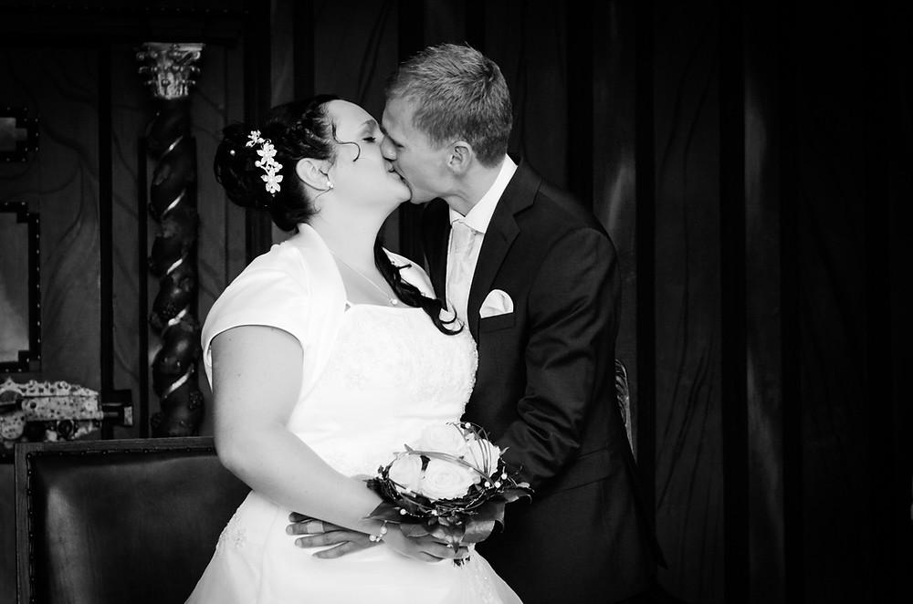 Kuss Hochzeitspaar Standesamt Jena