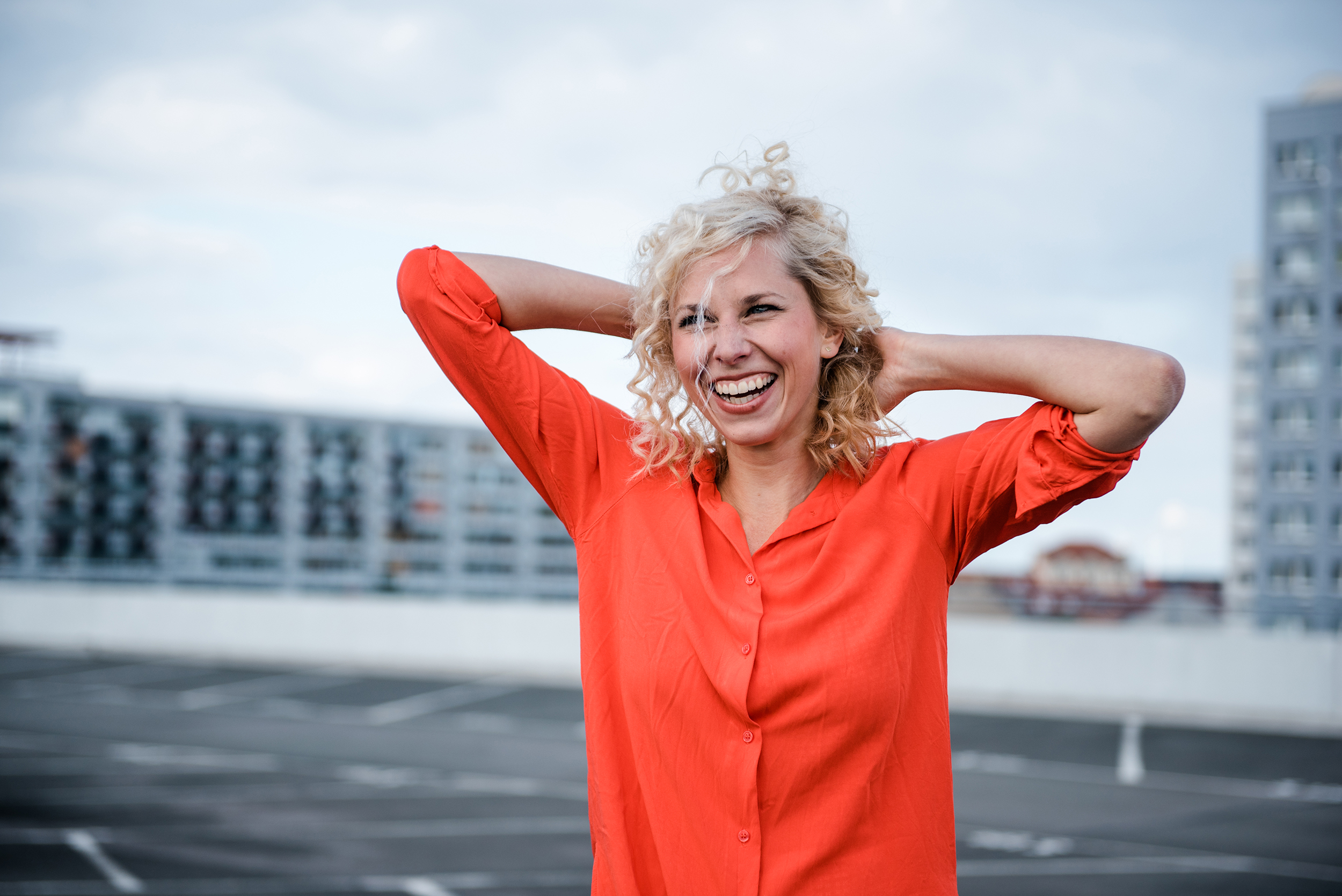Portraitfoto Frau in roter Bluse lachend