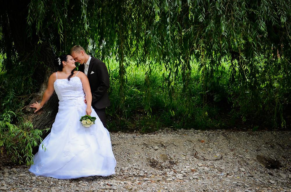 Foto Brautpaar unter der Weide in Jena