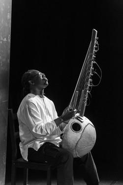 Aziz Kuyateh spielt Kora (Harfenlaute) 1