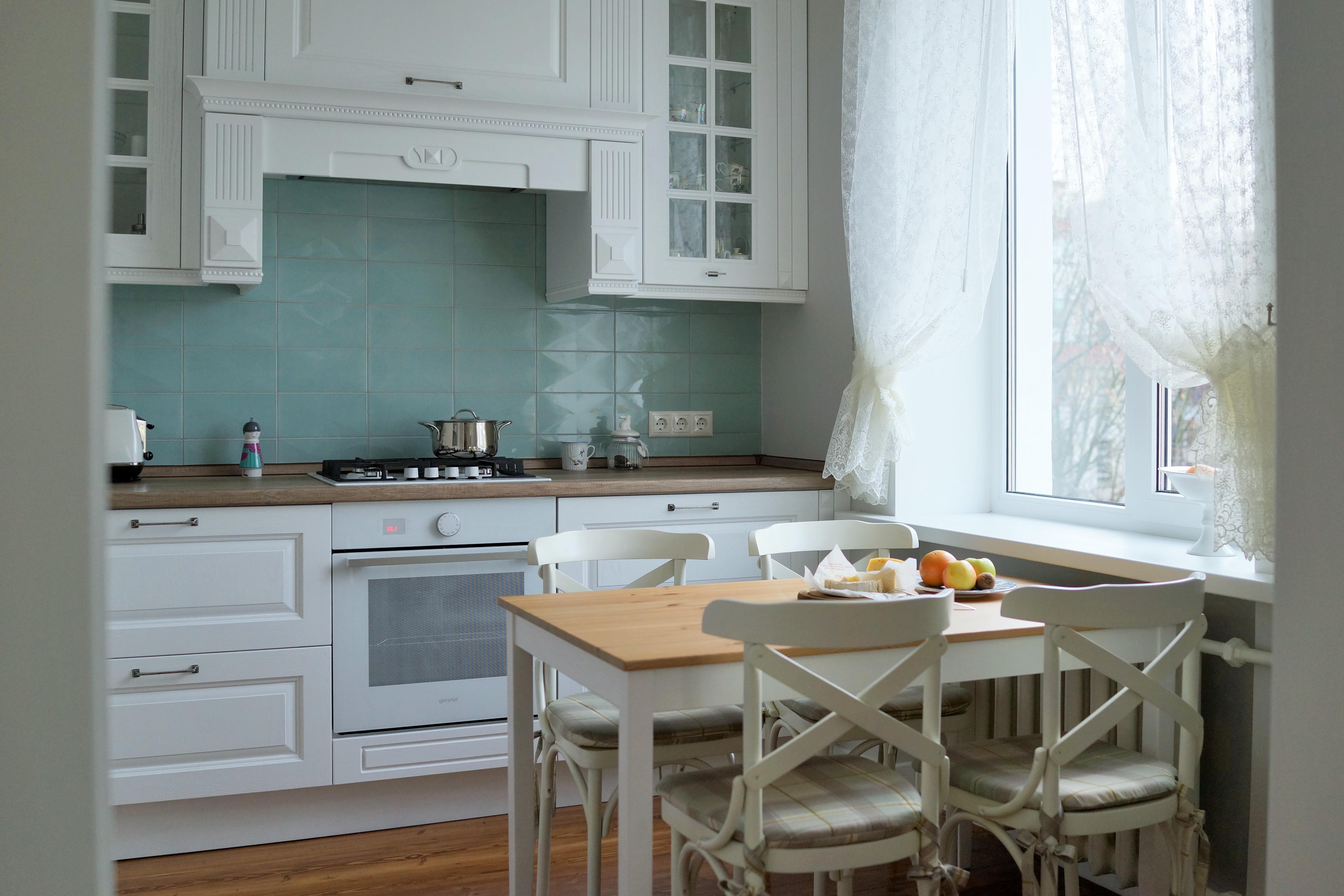 дизайн кухни - белый - морская волна