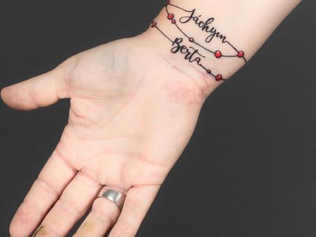 Náramek s nápisem / Bracelet with lettering tattoo
