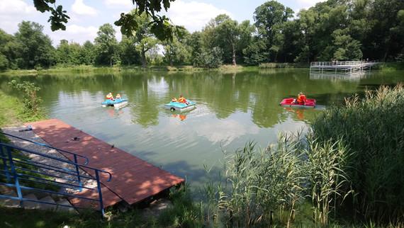 Rowery wodne na stawie
