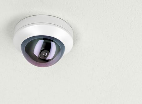 Colocar una cámara de vigilancia orientada al vecino, aunque sea falsa, también vulnera su intimidad