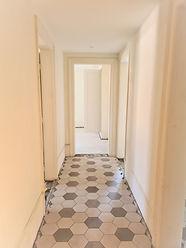 Korridor mit Plattenboden.jpg