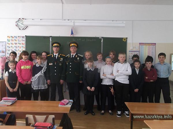 Хабаровские Казаки из Уссурийского Казачьего войска с учащимися 6Б класса МБОУ СОШ № 76