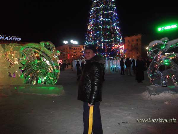 Сотник Карпенко Евгений Владимирович патрулирует центральную площадь Хабаровска у главной ёлки краевой столицы