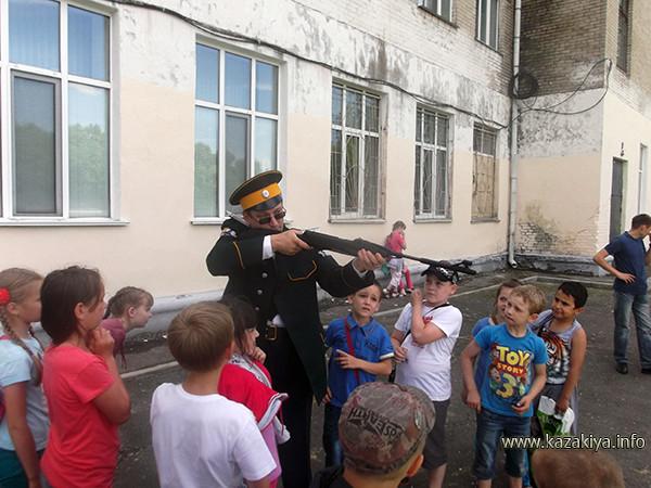 Сотник Карпенко обучает воспитанников стрельбе