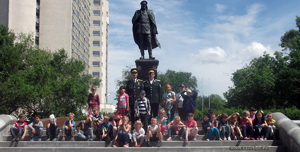 У памятника Якову Васильевичу Дьяченко