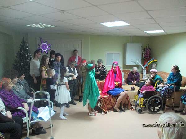 Воспитанники Воскресной школы играют рождественскую пьесу для обитателей дома-интерната