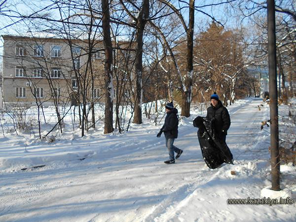 Данила Алексеев и Андрей Дёмин собирают мусор