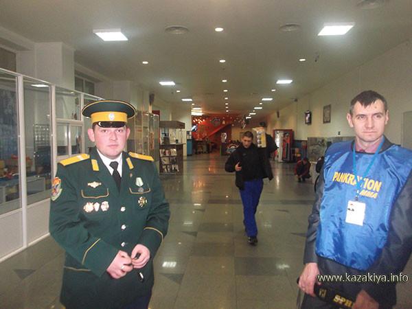 Младший урядник Шолом Роман Игоревич несёт вахту на входе в ледовый дворец