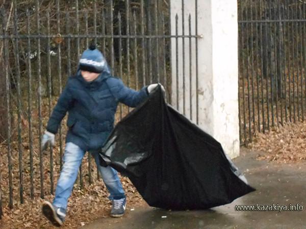 Ученик 5А класса школы № 76 Данил Алексеев ведёт уборку прилегающей к забору Дендрария внешней территории со стороны улицы Волочаевской