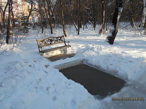 Подходы к скамейкам расчищены