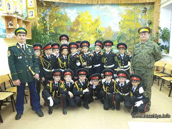Сотник Карпенко и старший урядник Пробатов с кадетами