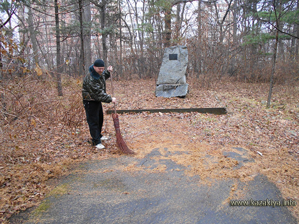 Особое внимание Казаки уделили благоустройству территории у памятника героям Великой Отечественной войны-работникам  Дендрария