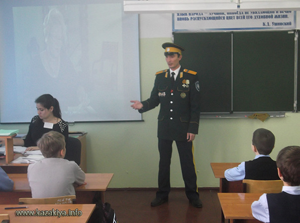 Старший урядник Пробатов Сергей Николаевич рассказывает учащимся о победе Казаков над польско-литовскими оккупантами в 1612 году