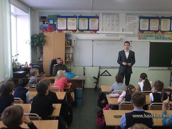 Влад Кушниренко читает лекцию об автоматическом оружии