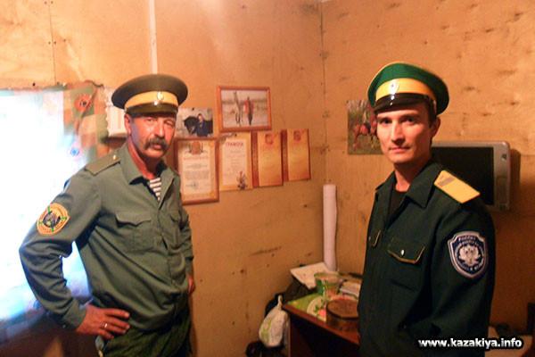 Николай Савченко демонстрирует дипломы клуба