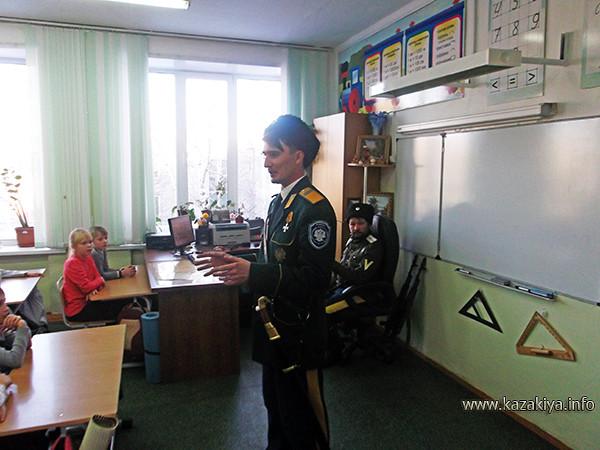 старший урядник Пробатов рассказывает ребятам о шашке