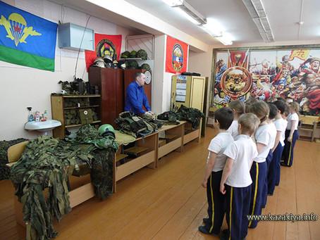 Казаки организовали выставку вооружения для кадет Комсомольска-на-Амуре