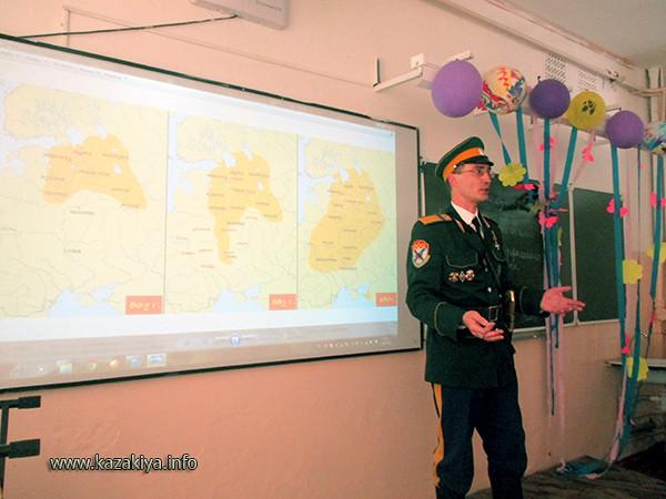Старший урядник Пробатов Сергей Николаевич рассказывает школьникам о расширении Казаками пределов нашего Отечества