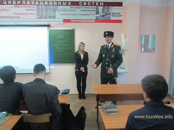 Новикова Дарья и старший урядник Пробатов С.Н. перед 8 ж классом