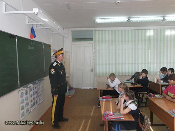 Сотник Карпенко Евгений Владимирович объясняет ребятам значение Дня Народного Единства