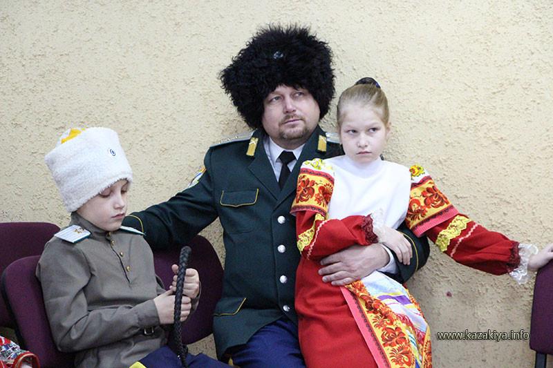 Подъесаул Мутов с детьми
