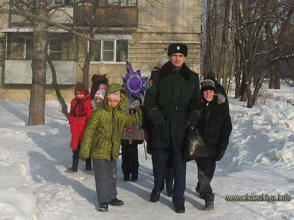 Старший урядник Пробатов Сергей Николаевич ведёт воспитанников Воскресной школы в гости к обитателям дома-интерната
