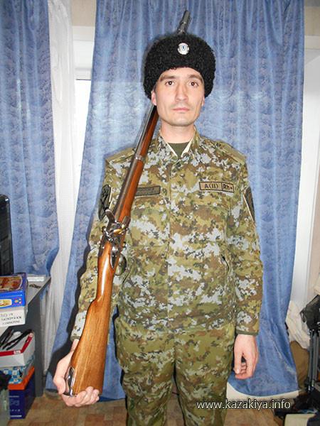 Младший вахмистр Пробатов с макетом ружья 13 линейного Сибирского батальона