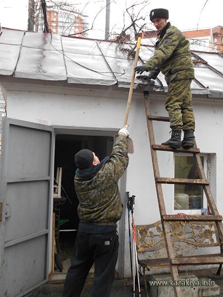 Начинается расчистка крыши КПП
