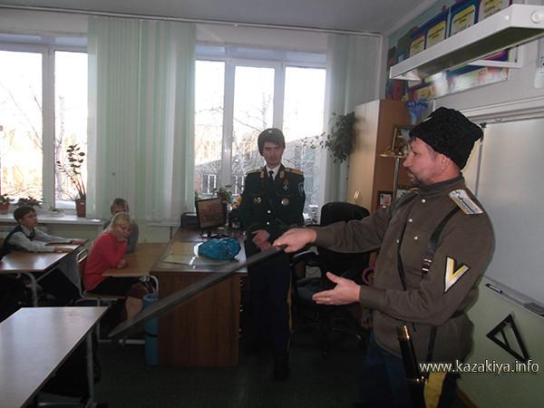 Хорунжий Ефимов демонстрирует ребятам основные приёмы фланкировки