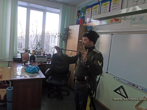 хорунжий Ефимов рассказывает ребятам о нагайке