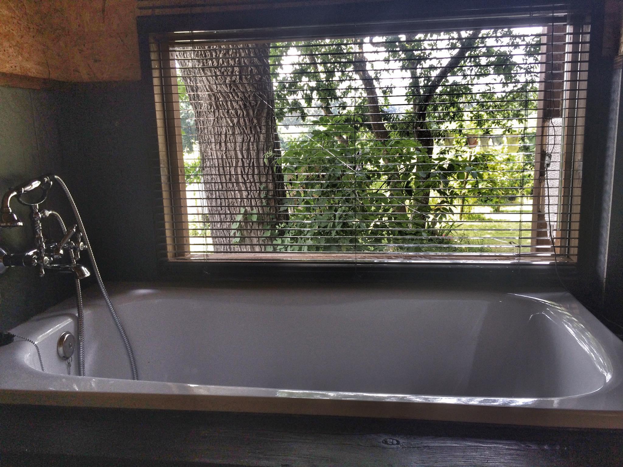 Baño con vistas al jardín